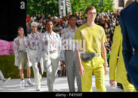 Paris, France. 23rd June, 2018. Models present creations of Dior Homme during the men's fashion week for 2019 Spring/Summer Men's Collection in Paris, France, on June 23, 2018. Credit: Piero Biasion/Xinhua/Alamy Live News - Stock Photo