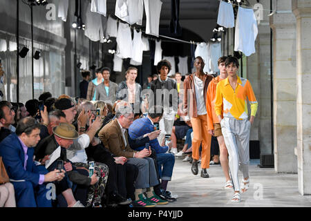 Paris, France. 23rd June, 2018. Models present creations of Hermes during the men's fashion week for 2019 Spring/Summer Men's Collection in Paris, France, on June 23, 2018. Credit: Piero Biasion/Xinhua/Alamy Live News - Stock Photo