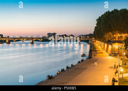 France, Haute-Garonne, Toulouse, Garonne River with Pont Saint Pierre and promenade in the evening light - Stock Photo