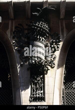 ARTE SIGLO XIX. MODERNISMO. ESPAÑA. GAUDI, Antoni (Reus, 1852-Barcelona, 1926). PALAU GUELL. Residencia urbana de la familia de Eusebi GUELL, fue construído entre 1885 y 1889. Detalle de la DECORACION DE LA FACHADA EN HIERRO FORJADO. BARCELONA. Cataluña. - Stock Photo