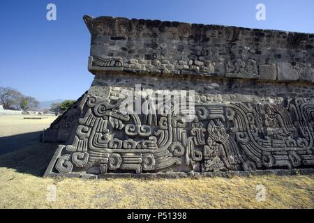 ARTE PRECOLOMBINO. MEXICO. TEMPLO DE QUETZALCOATL o DE LA SERPIENTE EMPLUMADA. Periodo Epiclásico (650-900). Vista parcial. SITIO ARQUEOLOGICO DE XOCHICALCO (Patrimonio de la Humanidad por la UNESCO). Cercanías de Cuernava. Estado de Morelos. - Stock Photo