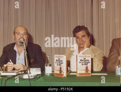 Jaime Gil de Biedma y Juan Marsé en la presentación del último libro de Marsé, La muchacha de las bragas de oro, con el cual ganó el Premio Planeta, 1978. - Stock Photo