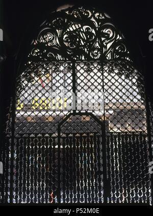ARTE SIGLO XIX. MODERNISMO. ESPAÑA. GAUDI, Antoni (Reus, 1852-Barcelona, 1926). PALAU GUELL. Residencia urbana de la familia de Eusebi GUELL, fue construído entre 1885 y 1889. Detalle de la PUERTA EN HIERRO FORJADO BARCELONA. Cataluña. - Stock Photo