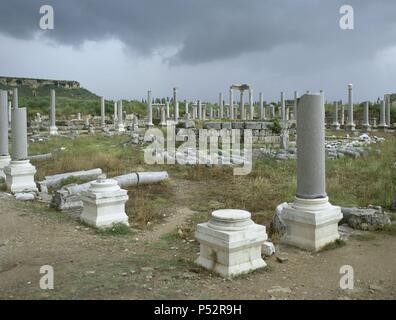 ARTE ROMANO. ASIA MENOR. TURQUIA. PERGE. Ciudad fundada hacia el 1.000 a.C. En el año 188 a.C. fue conquistada por los romanos, viviendo una época de gran esplendor. Vista parcial del AGORA, de planta rectangular (74x67 m) con un patio central. Las columnas de los pórticos eran de mármol con capiteles coríntios. (COSTA DE PANFILIA). Península Anatólica. - Stock Photo
