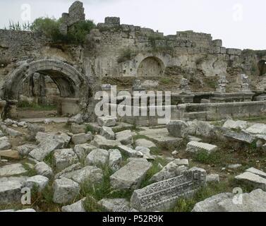 ARTE ROMANO. ASIA MENOR. TURQUIA. PERGE. Ciudad fundada hacia el 1.000 a.C. En el año 188 a.C. fue conquistada por los romanos, viviendo una época de gran esplendor. Vista parcial del NINFEO o FUENTE MONUMENTAL. (COSTA DE PANFILIA). Península Anatólica. - Stock Photo