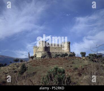 CASTILLO DE VALDECORNEJA EDIFICADO EN EL SIGLO XII Y RECONSTRUIDO EN EL SIGLO XIV. Location: CASTILLO DE VALDECORNEJA, AVILA, SPAIN. - Stock Photo