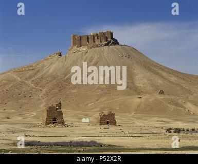 Syria. Palmyra. Ruins of Qala'at ibn Maan castle on top of mountain. 17th century. Oais of Tadmor. Photo before the Syrian civil war. - Stock Photo