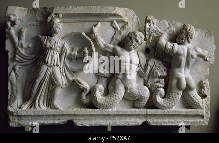 ARTE ROMANO. ASIA MENOR. Fragmento de un friso del s. II d. C. donde se representa un GIGANTOMAQUIA. A la izquierda, la DIOSA ATENEA ATACANDO A DOS GIGANTES que en lugar de piernas tienen serpientes. Procedente de Afrodisia (Turquía). Museos Arqueológicos (Museo de las Antigüedades). Estambul. Turquía. - Stock Photo