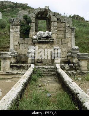 ARTE ROMANO. ASIA MENOR. TURQUIA. PERGE. Ciudad fundada hacia el 1.000 a.C. En el año 188 a.C. fue conquistada por los romanos, viviendo una época de gran esplendor. Vista parcial del NINFEO o FUENTE MONUMENTAL, precedido de un gran nicho destinado a ritos religiosos. (COSTA DE PANFILIA). Península Anatólica. - Stock Photo