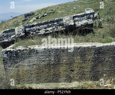 ARTE ROMANO. ASIA MENOR. TURQUIA. HIERAPOLIS. Fundada por Eumenes II, rey de Pérgamo, en el S. II a. C. Vista parcial de la NECROPOLIS, donde se superponen un total de 1.200 tumbas de distintas clases. Abarcan un periodo comprendido desde el S.II a.C. a los primeros siglos de nuestra era. Pamukkale. Península Anatólica. - Stock Photo