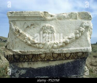 ARTE ROMANO. ASIA MENOR. TURQUIA. Detalle escultórico de uno de los numerosos sarcófagos de la NECROPOLIS de HIERAPOLIS, donde se han localizado un total de 1.200 sepulturas. Pamukkale. Península Anatólica. - Stock Photo