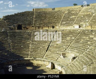 ARTE ROMANO. ASIA MENOR. TURQUIA. HIERAPOLIS. Fundada por Eumenes II, rey de Pérgamo, en el S. II a. C. y destruida por los terremotos de los años 17 y 60. Vista parcial de la CAVEA (GRADAS) del TEATRO, construido en el S. II d. C. Destacan sus 50 filas de asientos. Pamukkale. Península Anatólica. - Stock Photo