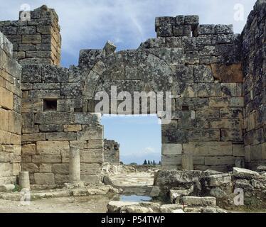 ARTE BIZANTINO. ASIA MENOR. TURQUIA. HIERAPOLIS. Fundada por Eumenes II, rey de Pérgamo, en el S. II a. C. y destruida por los terremotos de los años 17 y 60. Debido a las propiedades terapéuticas de sus aguas fue un importante centro curativo en la antigüedad. Vista general de la PUERTA BIZANTINA ubicada en la Via Porticada. Pamukkale. Península Anatólica. - Stock Photo
