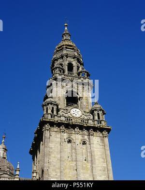 ARTE BARROCO. ESPAÑA. S. XVII TORRE DEL RELOJ o TORRE BERENGUELA, comenzada ya en 1316 por don Berenguel de Landoria y concluida en su forma actual entre 1676 y 1680 por Domingo Antonio DE ANDRADE pasando a ser un bello ejemplo del barroco hispano. El reloj data de 1831. Situada en el ángulo SE. de la CATEDRAL DE SANTIAGO DE COMPOSTELA. Provincia de A Coruña. Galicia. - Stock Photo