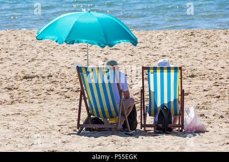 Bournemouth, Dorset, UK. 25th June 2018. UK weather: beaches are a lot quieter today after the crowds at the weekend, but sunseekers still head for the seaside on another lovely hot sunny day with unbroken blue skies and sunshine, as temperatures rise further. Credit: Carolyn Jenkins/Alamy Live News - Stock Photo