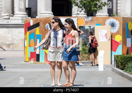 London,UK,25th June 2018,People enjoy the sunshine in London, the weather forecast is to remain hot and sunny for the rest of the week.Credit Keith Larby/Alamy Live News - Stock Photo