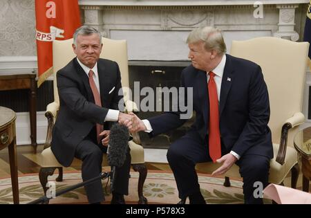 Washington, United States Of America. 25th June, 2018. U.S. President Donald Trump shakes hands with King Abdullah II of Jordan in the Oval Office of the White House on June 25, 2018. Credit: Olivier Douliery/Pool via CNP | usage worldwide Credit: dpa/Alamy Live News - Stock Photo