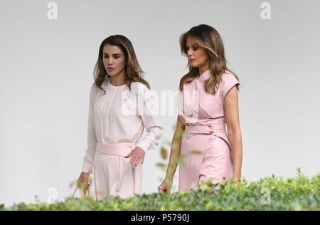 Washington, United States Of America. 25th June, 2018. First lady Melania Trump and Queen Rania of Jordan walk the colonnade of the White House on June 25, 2018. Credit: Olivier Douliery/Pool via CNP | usage worldwide Credit: dpa/Alamy Live News - Stock Photo
