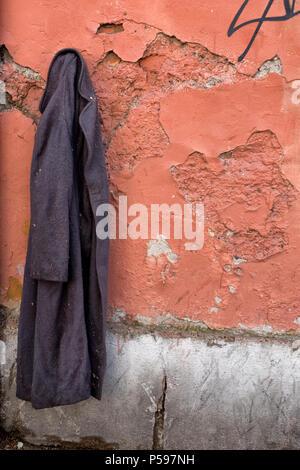Cappotto e muro lo stesso destino ... - Stock Photo