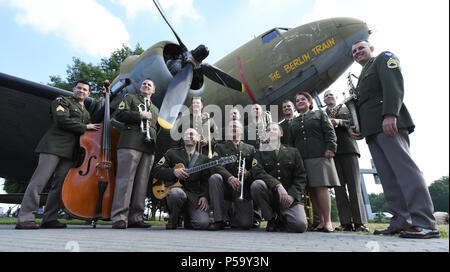 Frankfurt am Main, Germany. 26th June, 2018. Members of the US Air Force Band 'The Ambassadors' from Ramstein during the 70th jubilee of the Berlin air bridge at the memorial site at the Frankfurt Airport. The air bridge served as the supply of West Berlin through the western Allies during the Berlin blockade through the soviet occupation force from the 24th of June 1948 until the 12th of May 1949. Photo: Arne Dedert/dpa/Alamy Live News  - Stock Photo