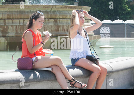 London UK. 26th June 2018. People enjoying the hot weather and sunshine in Trafalgar Square as the heatwave continues after the hootest day of the year on Monday with record temperatures reaching 33 degrees celsius in many parts of Britain Credit: amer ghazzal/Alamy Live News - Stock Photo