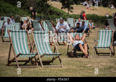 Green Park, London. 26th Jun, 2018. UK Weather: People enjoy their lunch break in the hot and sunny conditions in Green Park.. Credit: Guy Bell/Alamy Live News - Stock Photo
