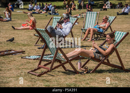 Green Park, London. 26th Jun, 2018. UK Weather: People, of all ages and sexes, enjoy their lunch break in the hot and sunny conditions in Green Park.. Credit: Guy Bell/Alamy Live News - Stock Photo