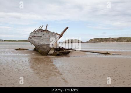 A shipwreck on Magheraclogher Beach in Gweedore Bay on the County Donegal coast. This lies next to the small town of Bunbeg - Stock Photo