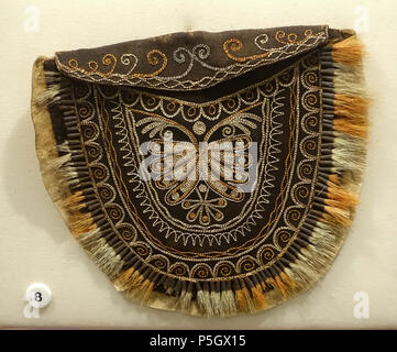 N/A. English: Exhibit from the Native American Collection, Peabody Museum, Harvard University, Cambridge, Massachusetts, USA. Photography was permitted without restriction; exhibit is old enough so that it is in the . 27 May 2017, 14:09:14. Daderot 431 Deerskin bag, Iroquois, from American Antiquarian Society collection, to Peabody in 1890 - Native American collection - Peabody Museum, Harvard University - DSC05817 - Stock Photo