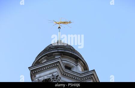 Sir Thomas Gresham's golden gilded Grasshopper weather vane above the Royal Exchange (formerly a trading bourse), London, England, UK, PETER GRANT - Stock Photo