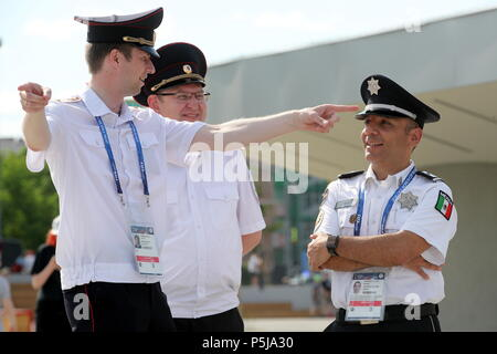 Yekaterinburg, Russia. 27th June, 2018. YEKATERINBURG, RUSSIA - JUNE 27, 2018: Russian police officers (L) and a Mexican police officer (R) seen in a street ahead of a 2018 FIFA World Cup Group F match between Mexico and Sweden. Sergei Bobylev/TASS Credit: ITAR-TASS News Agency/Alamy Live News - Stock Photo