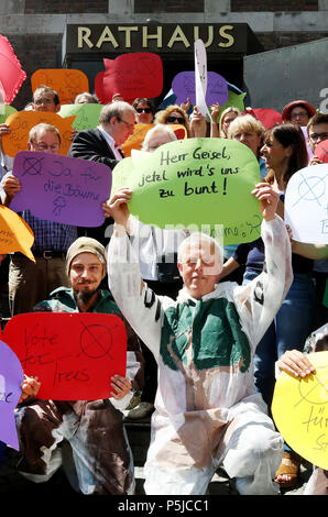 Duesseldorf, Germany. 27th June, 2018. 27.06.2018, Nordrhein-Westfalen, Düsseldorf: Tree Protection protests before the beginning of the special meeting of the Duesseldorfer city council in front of the city hall. In the special session, the participants want to discuss the occasional concert of Ed Sheeran in Dusseldorf. Sheeran wants to appear in front of about 85 000 spectators in July. Credit: Roland Weihrauch/dpa/Alamy Live News - Stock Photo