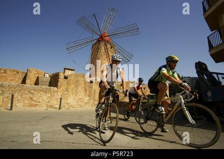 Ciclistas frente al moli d´en Xina. Algaida.Es Pla.Mallorca.Illes Balears.España. - Stock Photo