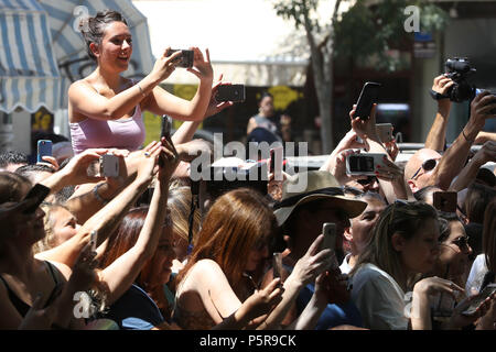 Onlookers await the arrival of the Duke of Cambridge as he meets singer Netta Barzilai, who won the 2018 Eurovision Song Contest, at the Espresso Bar Kiosk at Rothschild Boulevard in Tel Aviv, Israel, during his official tour of the Middle East. (Photo by Chris Jackson/Getty Images). - Stock Photo