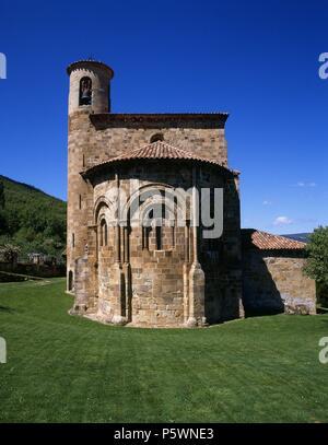 IGLESIA COLEGIAL ROMANICA - S XII. Location: COLEGIATA DE SAN MARTIN DE ELINES, VALDERREDIBLE, SPAIN. - Stock Photo