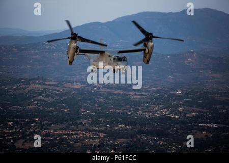 """An MV-22B Osprey with Marine Medium Tiltrotor Squadron (VMM) 364 """"Purple Foxes"""" flies over Southern California, April 5. Marines with VMM-364 and VMM-165 """"White Knights"""" conducted division confined area landings before returning to their air stations. (U.S. Marine Corps photo by Sgt. Lillian Stephens/Released) Stock Photo"""