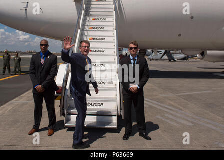 Secretary of Defense Ash Carter waves goodbye as he departs Manila, Philippines April 16, 2016. Carter was visiting the Philippines to solidify the rebalance to the Asia-Pacific region.(Photo by Senior Master Sgt. Adrian Cadiz)(Released) - Stock Photo