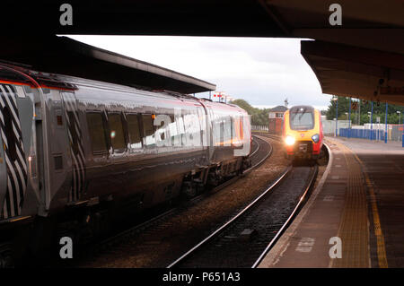 A meeting of trains at Banbury as a northbound and southbound service call to pick up passngers. September 2004. - Stock Photo
