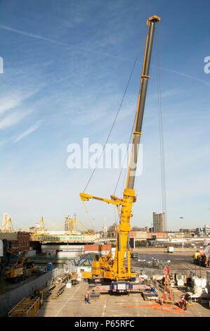 UK. Building of new office blocks at Canary Wharf, London - Stock Photo