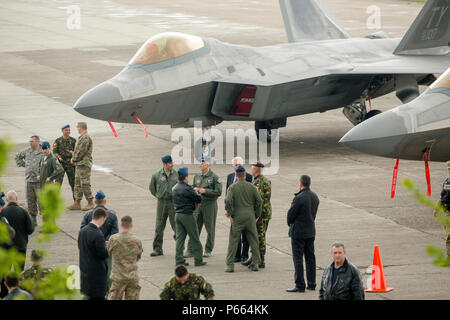 Romanian Air Force Maj. Gen. Laurian Anastasof, center, Chief of the Romanian Air Force Staff, talks with U.S. Air Force fighter pilots in front of an F-22 static display before holding a press conference with local Romanian media outlets aboard Mihail Kognalniceanu Air Base, Romania, April 25, 2016. The aircraft will conduct air training with other Europe-based aircraft and will also forward deploy from England to maximize training opportunities while demonstrating the U.S. commitment to NATO allies and the security of Europe. (U.S. Marine Corps photo by Cpl. Kelly L. Street, 2D MARDIV COMCAM - Stock Photo