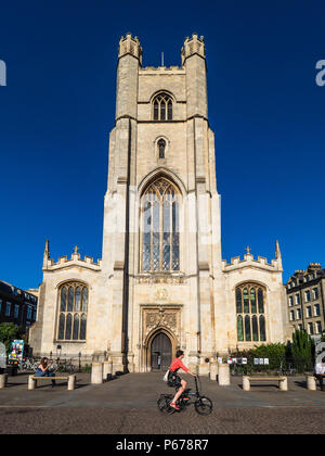 Cambridge Tourism - cyclists pass Great St Mary church in central Cambridge. The church, rebuilt after a fire in 1290, is Cambridge University Church - Stock Photo