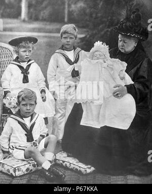 Photograph of Queen Victoria (1819-1901) and her Great Grand-Children. Pictured with her is Prince of Wales; the Princess Royal, the Duke of York and Duke of Gloucester. Dated 1898 - Stock Photo