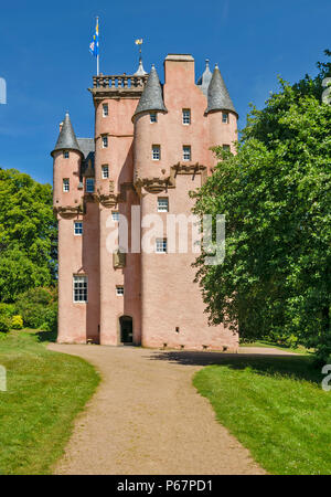 CRAIGIEVAR CASTLE ABERDEENSHIRE SCOTLAND MAIN ENTRANCE AND PEOPLE AT THE TOP OF THE TOWER - Stock Photo