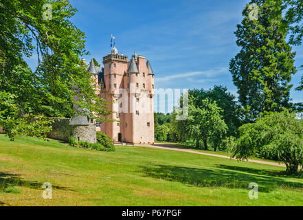 CRAIGIEVAR CASTLE ABERDEENSHIRE SCOTLAND MAIN ENTRANCE PEOPLE AT THE TOP OF THE TOWER AND SUMMER TREES - Stock Photo