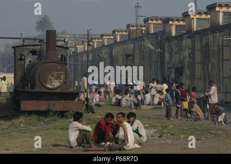 Workers Break ' Rameshwara Jute Mill in Bihar with the company's derelict F class 0-6-0 in the workers yard on Sunday 18th March 2007. - Stock Photo