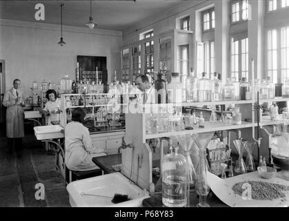 Photograph of the Chemistry laboratory at The Hebrew University, Jerusalem. Dated 1936 - Stock Photo