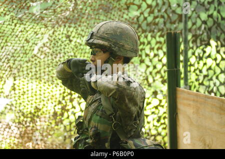 1st Lt. Jung, Ji Eun an infantryman and a Seoul native , 2nd Company, 115th Mechanized Infantry Battalion, 90th Mech. Inf. Brigade, 30th Mech. Inf. Division performs hand signals during the patrol lane to earn the U.S. Expert Infantry Badge, on Camp Casey, South Korea, May 26. June is the first female ROKA officer to earn to U.S. EIB. (U.S. Army photos by Mr. Pak, Chin-U, 2nd Infantry Division/ROK-U.S. Combined Division Public Affairs Office) - Stock Photo