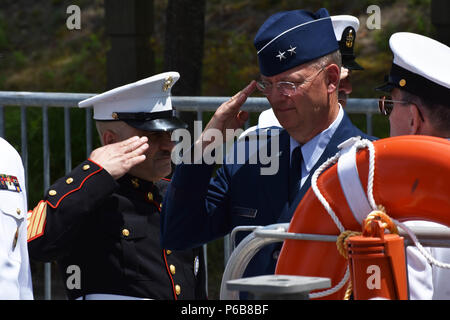 New York Air National Guard Maj. Gen. Anthony German, the Adjunct General of the N.Y. National Guard, arrives at the change of command ceremony of the N.Y. Naval Militia, Schodack Island State Park, N.Y., June 22, 2018. The command of the Naval Militia was being transferred from Captain Ten Eyck Powell to Captain Timothy Zakriski. (New York Army National Guard photo by Spc. Andrew Valenza) - Stock Photo