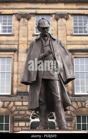 UK, Scotland, Edinburgh, Sherlock Holmes statue - Stock Photo