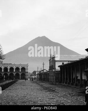 Español: Vista del Volcán de Agua desde el parque central de Antigua Guatemala en 1915. 1913 80 Volcandeagua1915yas - Stock Photo
